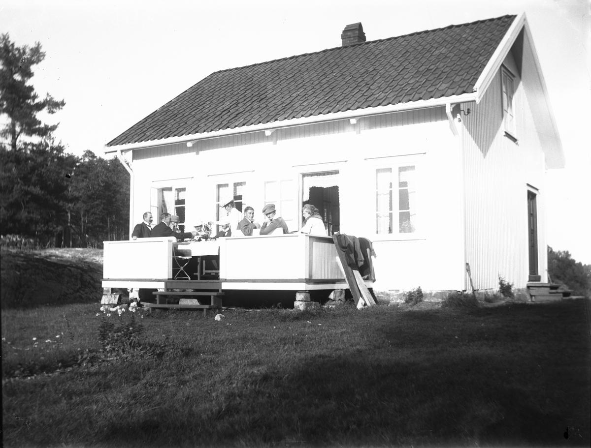 Gruppe mennesker på veranda i 1919
