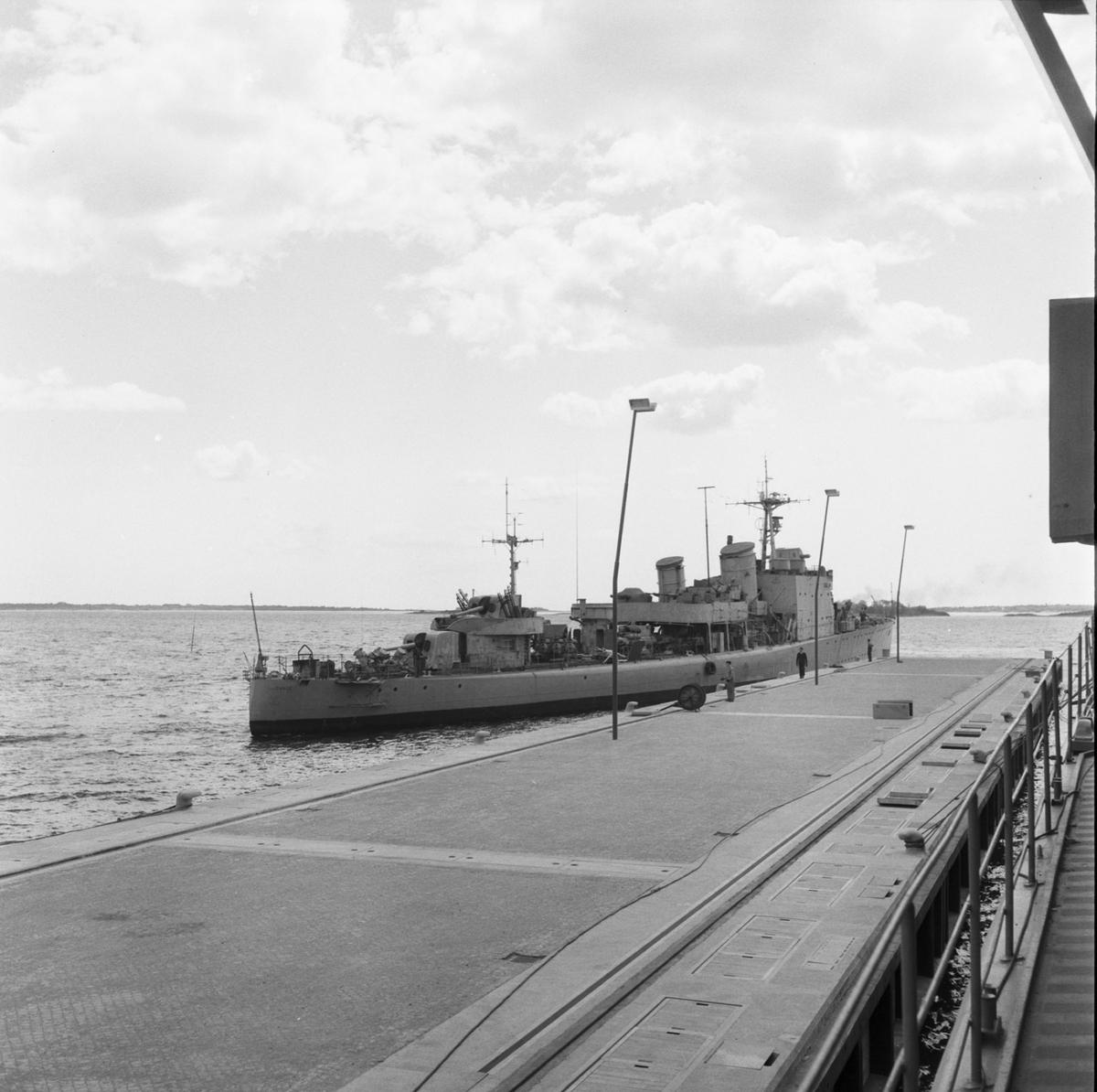 Fartyg: GÄVLE                          Bredd över allt 9,0 meter Längd över allt 94,6 meter Reg. Nr.: 9, 80, F80 Rederi: Kungliga Flottan, Marinen Byggår: 1941 Varv: Götaverken, Göteborgs MV Övrigt: Inbogsering till utrustningspiren.
