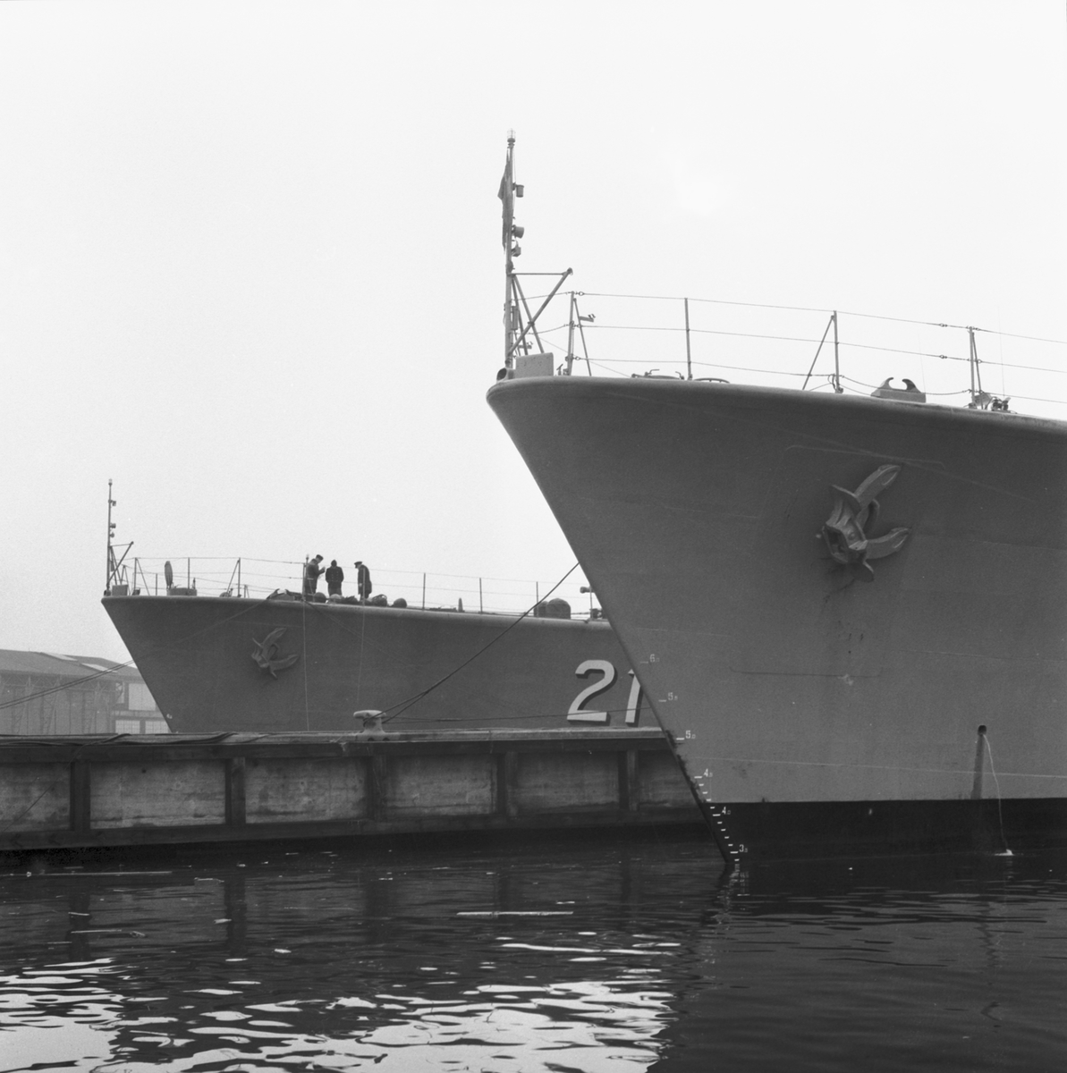 Fartyg: J21 Södermanland               Bredd över allt 11.2 meter Längd över allt 107.0 meter  Rederi: Kungliga Flottan, Marinen Byggår: 1956 Varv: Eriksbergs MV Övrigt: Södermanland vid Kaj.