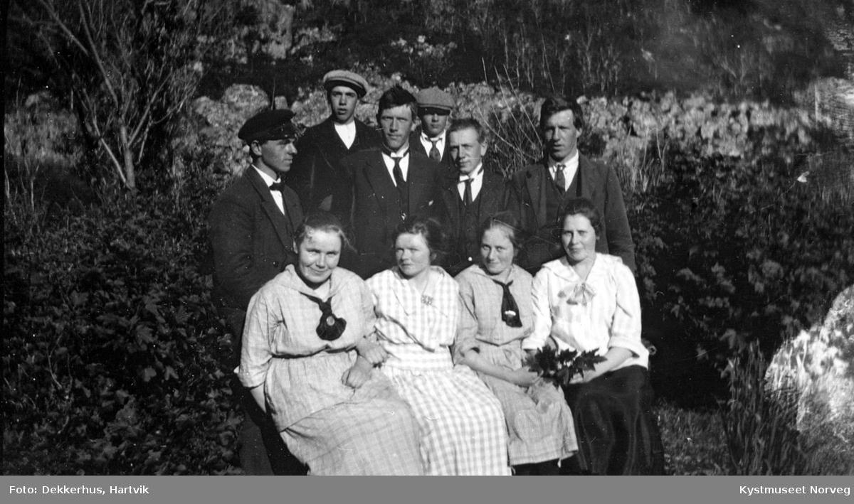 Foran fra venstre: Kristianna, Valborg, Johanna Ingeborg Ofstad. Bak fra venstre: Einar,  Haldor, Hans, ukjent, Aksel Ofstad og Hartvik Dekkerhus