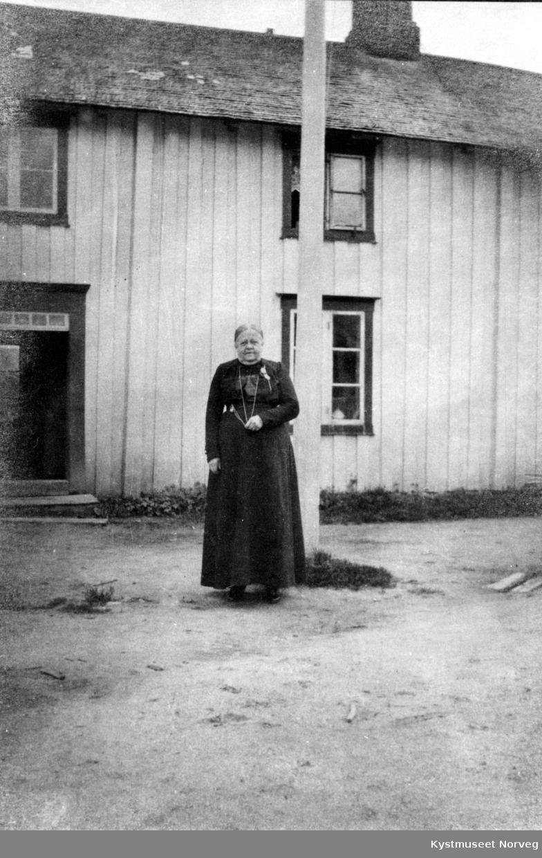 "Kjøpmannsfruen Betzy Berg foran ""Borgstua"" ved Berggården"