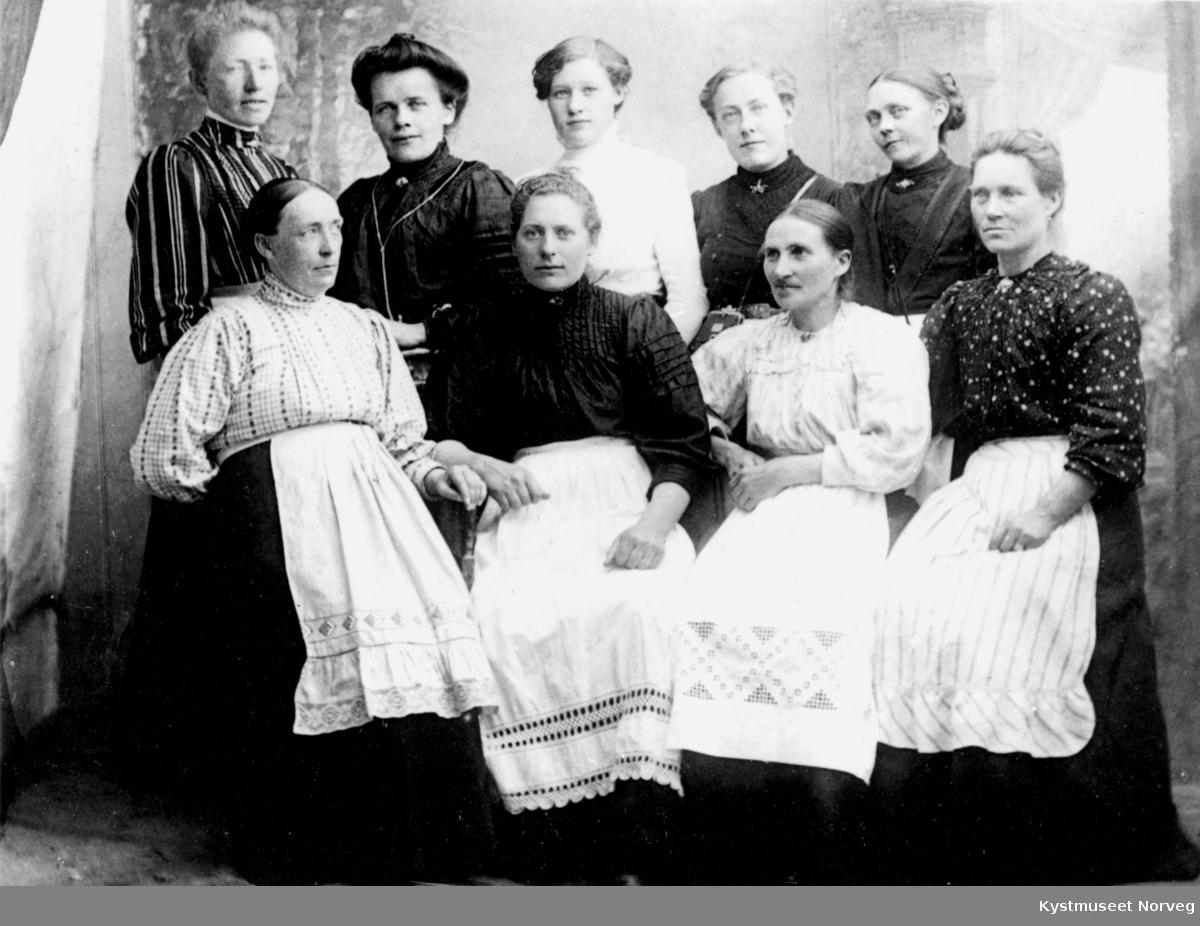 Foran fra venstre: Jette Aune. Bak til høyre: Sofie Moe til venstre for henne Anna Westgaard, ellers ukjente tjenestekvinner