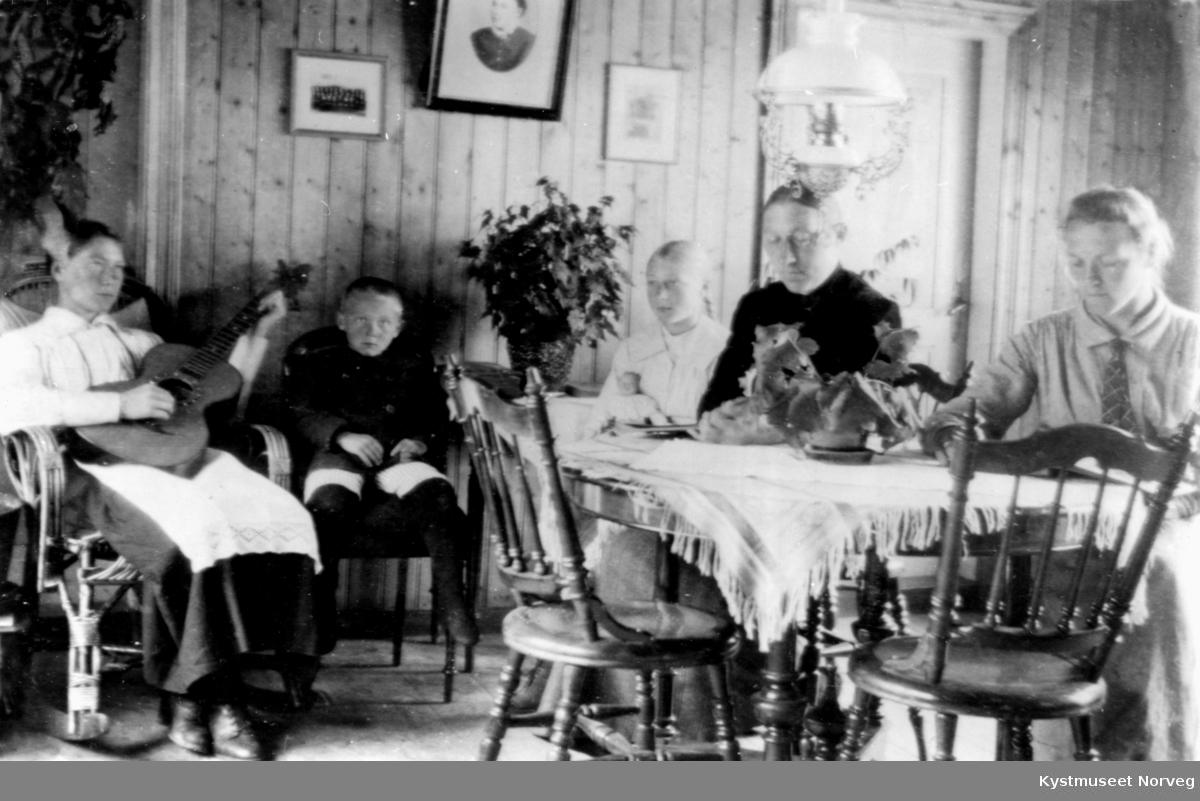Familie i stua på Hagan i Nærøy