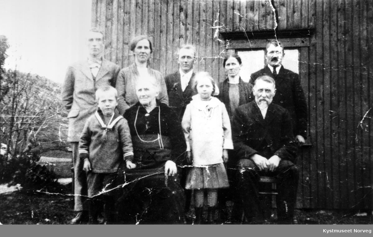 Foran fra venstre: Harald Nordby, Hanna Hansen Ulsund, Edna og Edvin Norby. Bak fra venstre: Alfred Nilsen, Kaia Oline Ulsund Nilsen, Sigurd Ulsund, Dagny Ulsund Norby og Julian Nordby. Familie fra Ulsund i Vikna