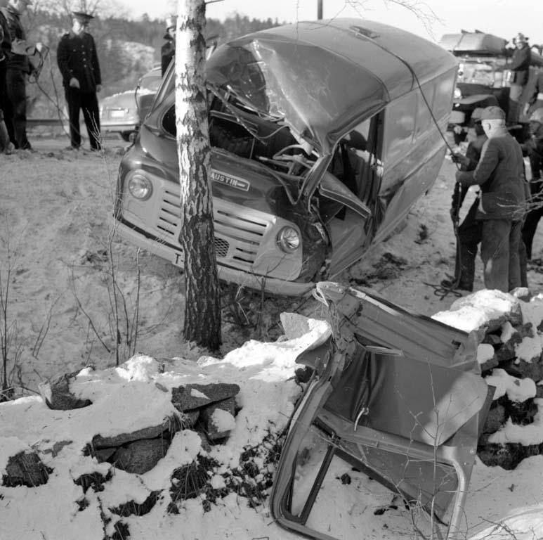 """Enligt notering: """"Bilolycka Gustafsberg 13/2 1960""""."""