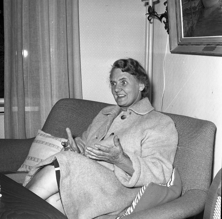 """Enligt notering: """"Missionären Aina Lantz Juli -60""""."""