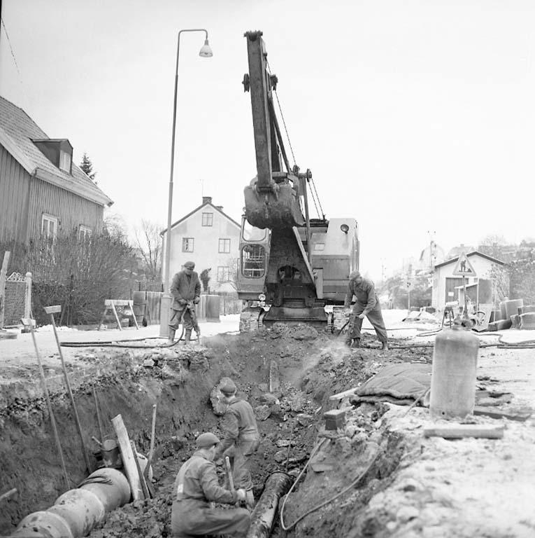 """Enligt notering: """"Gatuarbete på Sörkällegatan 17/1 1961""""."""