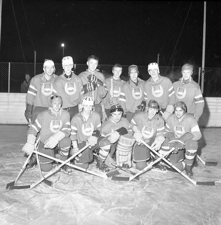 """Enligt notering: """"Två ishockylag Tigers Strömstad samt Uddevalla lag I F K 16/1 1961""""."""