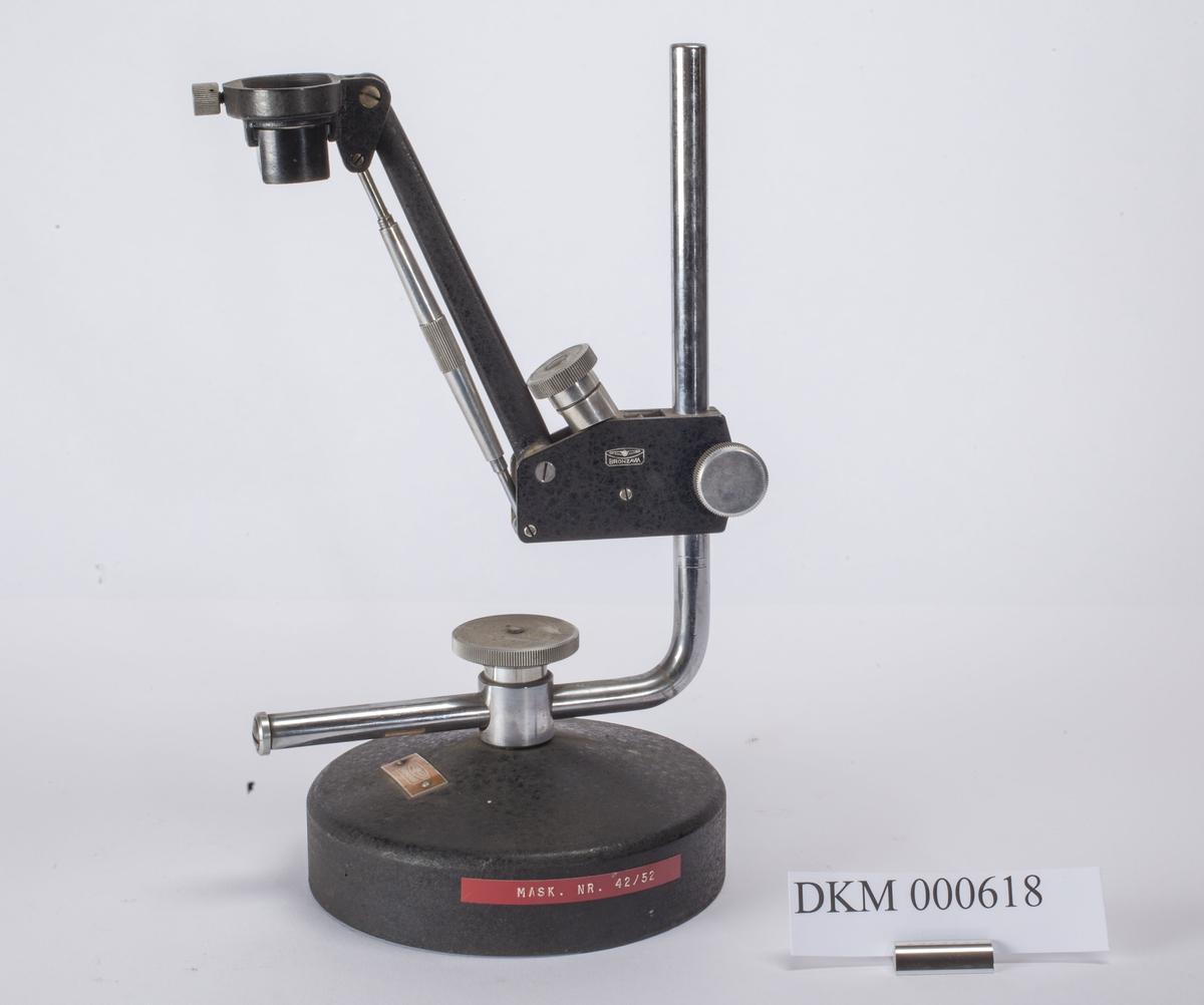 Ett stereomikroskop og flere deler til mikroskopet.