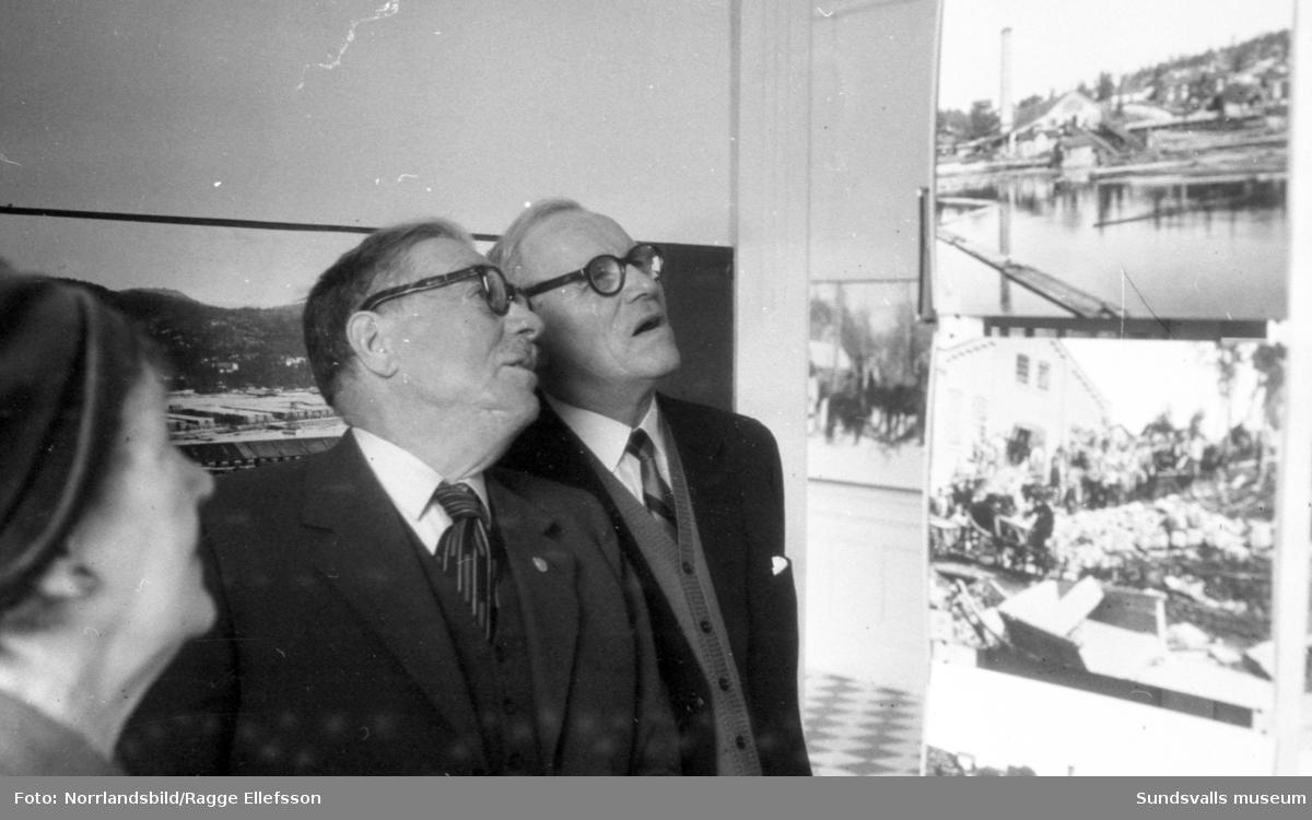"""Bagarna och pensionärer från Svartvik ser utställningen """"Arbetet"""" på Sundsvalls museum."""