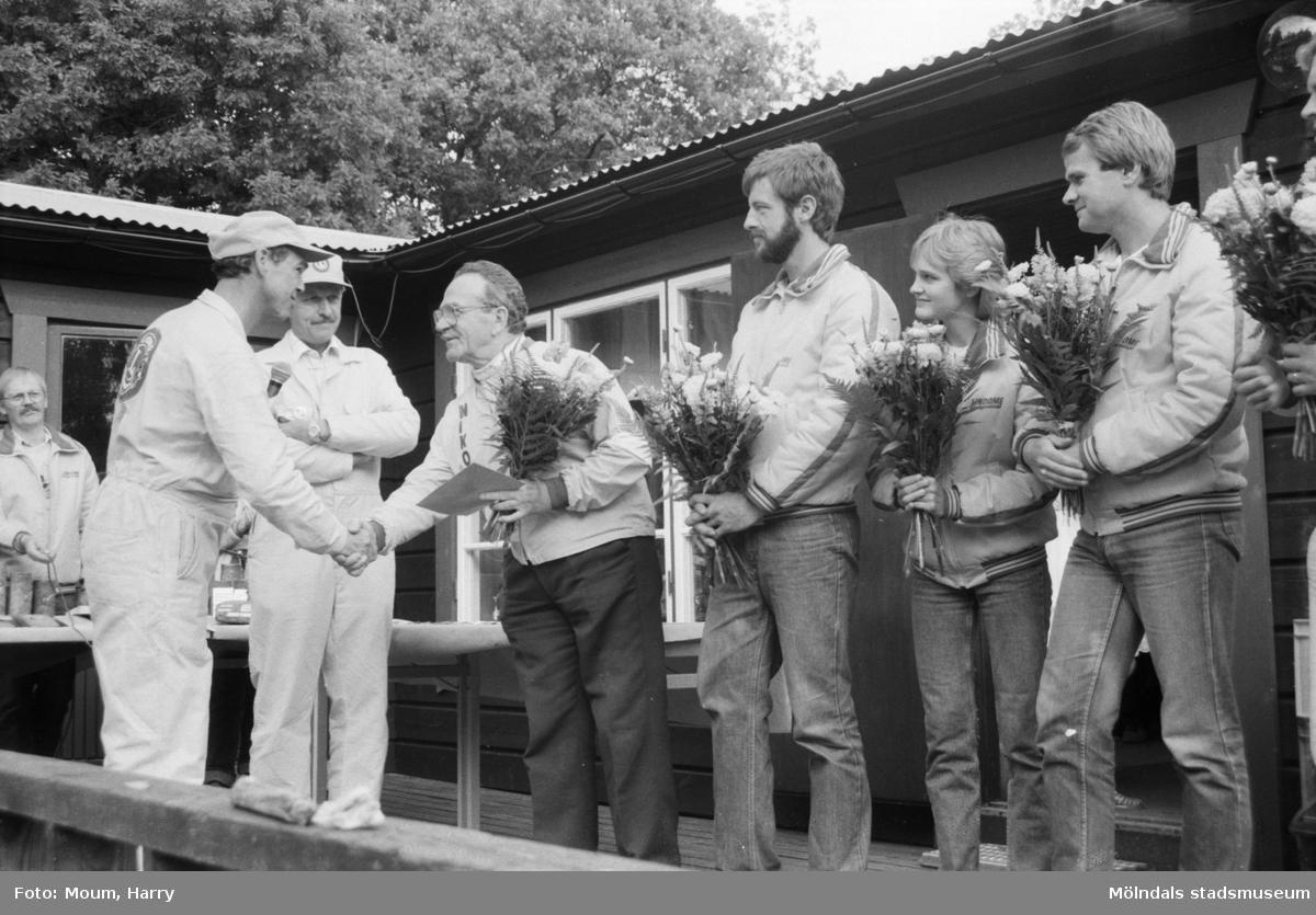 """Bågskyttar hyllades med gåva och blommor i Lindome, år 1984. """"Ordförande i aktivitetskommitén Kjell Tengelin överlämnar till Nikolaj Babkin LionsClub-gåvan.""""  För mer information om bilden se under tilläggsinformation."""
