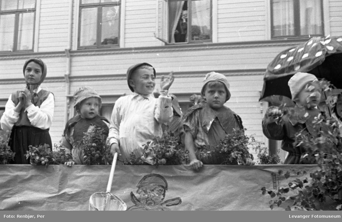 Barnas dag, Levanger, barn utkledde på en lastebil.