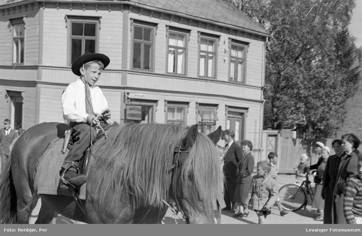 """Barnas dag, Levanger, gutt utkledd som """"cowboy"""" til hest."""