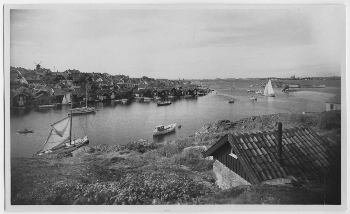 'Fiskebäckskil, norra delen, sett från östersidan. Vy med segelbåtar, småbåtar, hus och vindmölla. Segel. ::  :: Ingår i serie med fotonr. 2876-2882.'