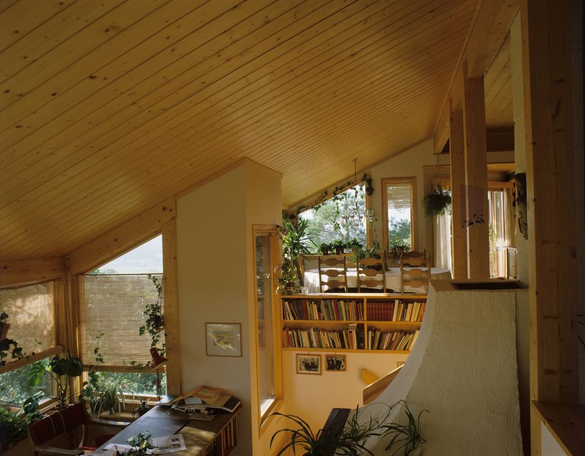 Hovedrom i to nivåer i bolig bygget på en knaus. Arkitekt ATEK v/Jan Lindeberg. Illustrasjonsbilde fra Bonytt 1986.