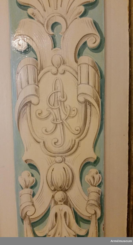 Grupp M V. Inkom 1930-talet. Från Arméns pensionskassa. Gåva. Skåp med 4 dörrar, s. k. skänkskåp, vitt med dekor i blått och och guld. På dörrspeglarna A. P. K. = Arméns pensionskassa.