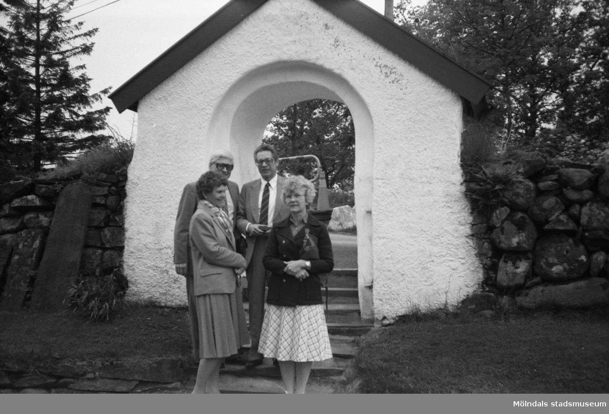 Helgmålsbön med musik i Kållereds kyrka, år 1983. Utanför kyrkan till vänster ses Kerstin och Åke Magnusson, Kållered, och till höger Kerstin och Harry Moum, Kållered.  För mer information om bilden se under tilläggsinformation.