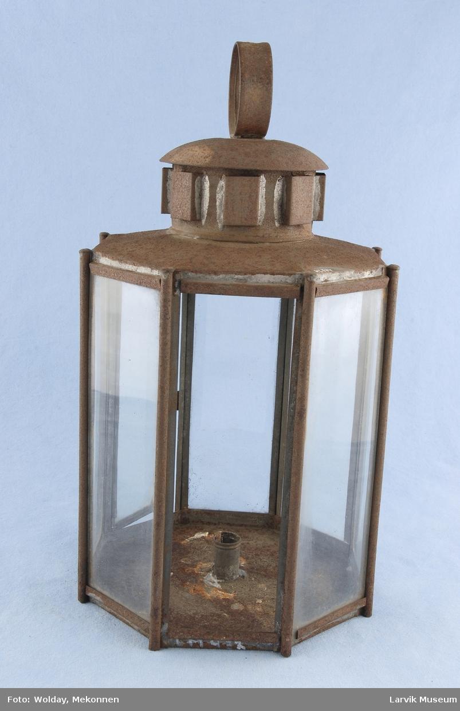 Form: 8-kantet form,jernblikk i topp og bunn,8 rekt. glassruter med rund jernstang mellom hver, sylinderformet åpning med fester,avrundet lokk,rundt feste øverst
