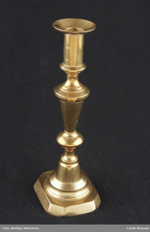 """Form: 8 kantet fot, """"dreid"""" skaft og en rett enkel pipe med mansjett."""