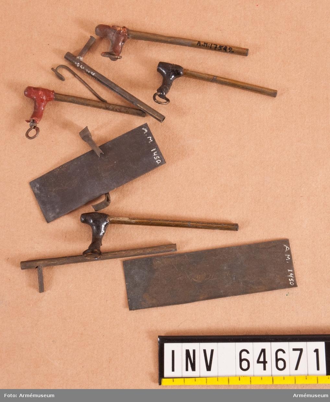 Grupp F II. Friktionsrör av Siemens konstruktion år 1841 i elva delar. Antändning skedde genom den med friktionssats bestrukna armens (rivarens) gnidning mot det i röret befintliga mjölkrutet. Därtill användes antändningsrem (fyrsnöre).