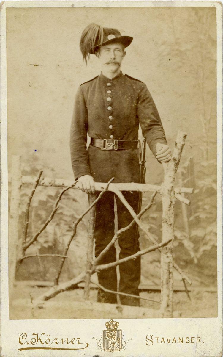 Portrett - Yngre herre med bart ikledd uniform.
