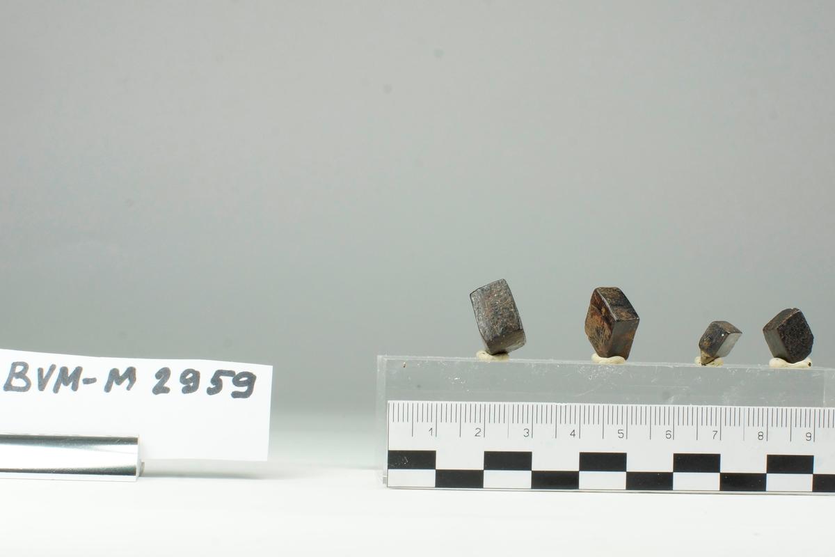 Singelkrystaller av limonitt etter pyritt. Gullsteinsbekken.