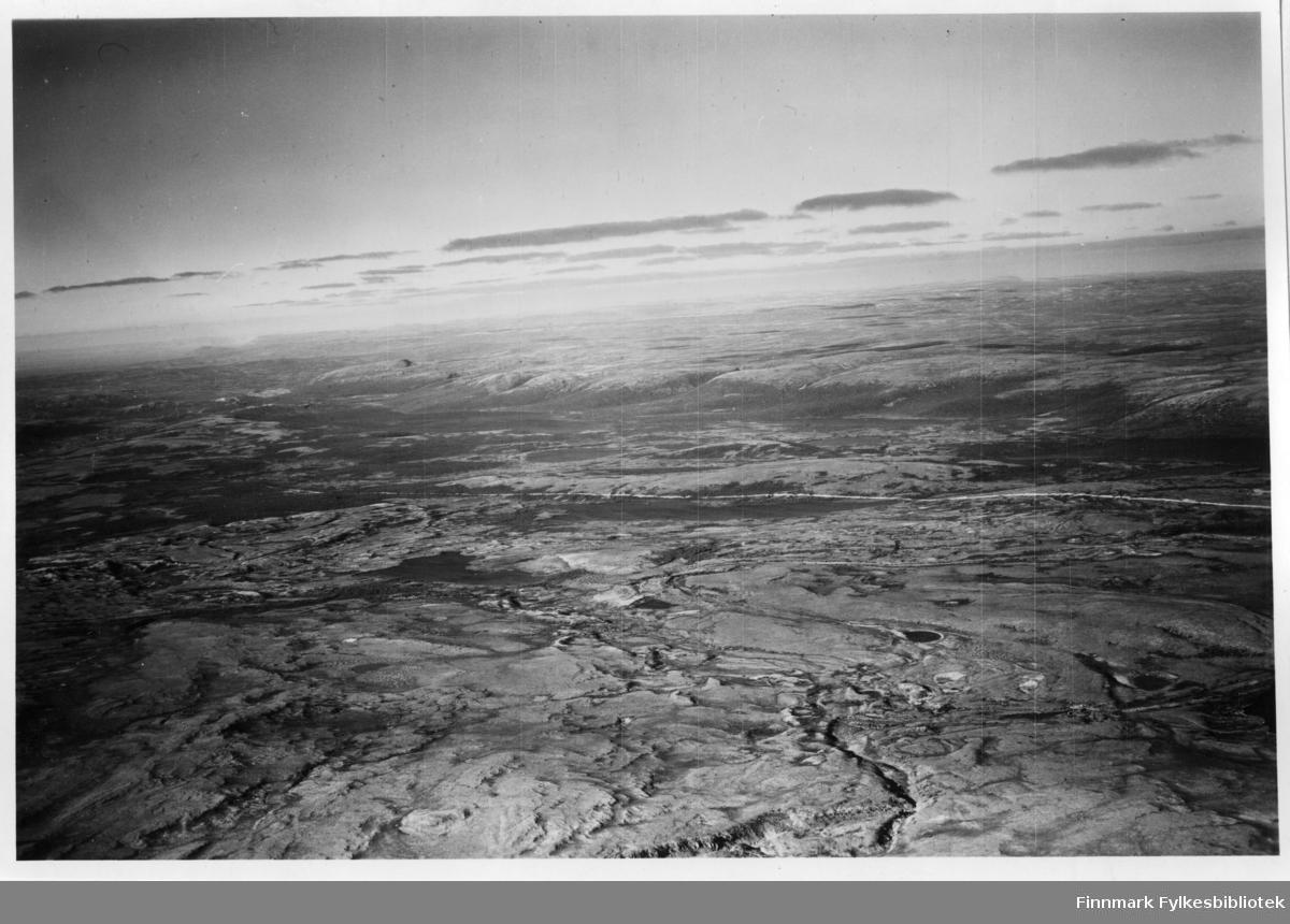 Flyfoto av Bratholmen i Lebesby. Negativ nr. 61419