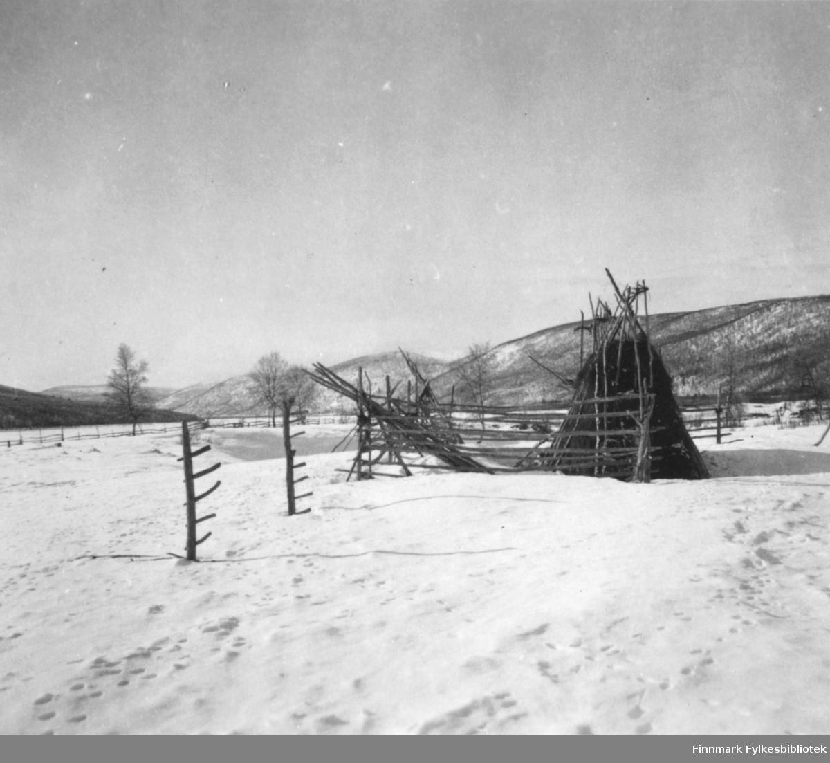 Et stereobilde med vintermotiv fra Tanadalen. Det står en samekote? midt i bildet.        .
