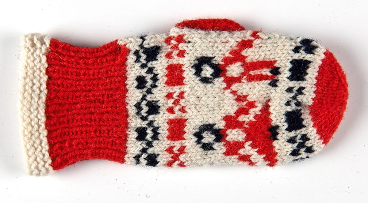 Barn-tumvante i 2-trådigt rött vitt och blått ullgarn. Slätstickad med Gubbamönster på naturvit botten.