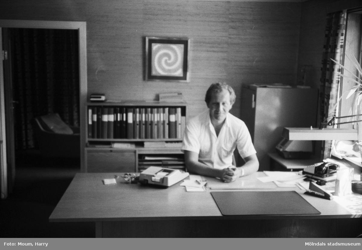Man vid skrivbord i Kålleredsbussarnas kontorsbyggnad vid Gamla Riksvägen i Kållereds centrum, år 1983.  För mer information om bilden se under tilläggsinformation.