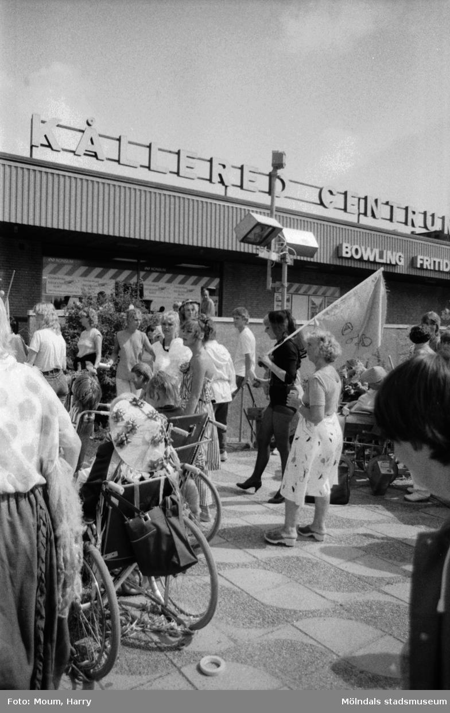 """Karneval i Kållered, år 1983. Festligheter i centrum. """"Uppfinningsrikedomen var stor när det gällde att komponera karnevalsdräkter.""""  För mer information om bilden se under tilläggsinformation."""