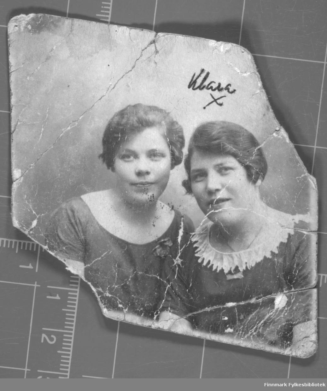 Portrett av to damer. Til høyre ses Klara Zahl, den andre er ukjent.