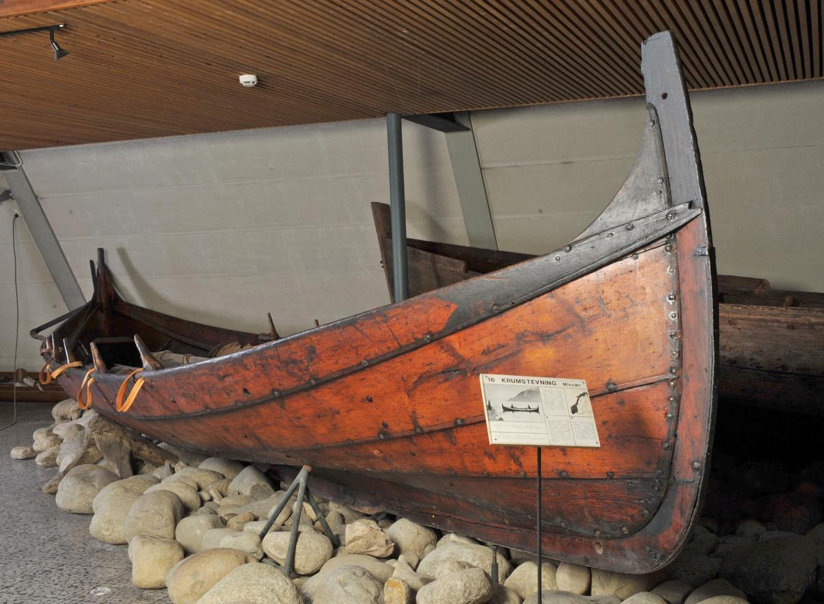 Femrømming, krumstemning. Mast og råseil ligger i båten sammen med 10 årer, 4 tiljer og 6 store og en liten tofte.(den lille i akterplikten) Jernnagler, nye hamlebånd i skinn. Utenpåliggende ror med styrevol. (Båtens lengde uten ror.)