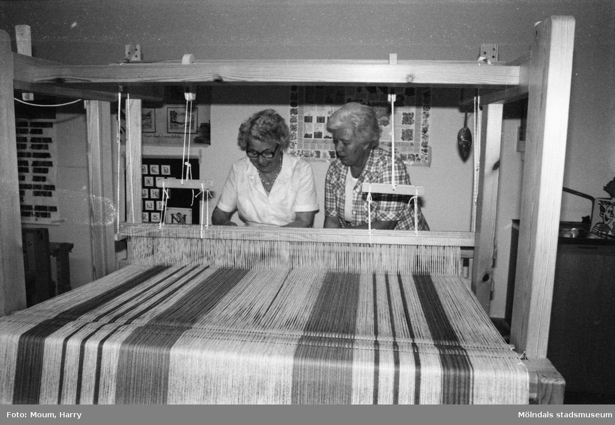 """Pensionärsverksamheten kallad """"Hobbyn"""" vid Våmmedalsvägen i Kållered, år 1983. Två kvinnor sitter och väver.  För mer information om bilden se under tilläggsinformation."""