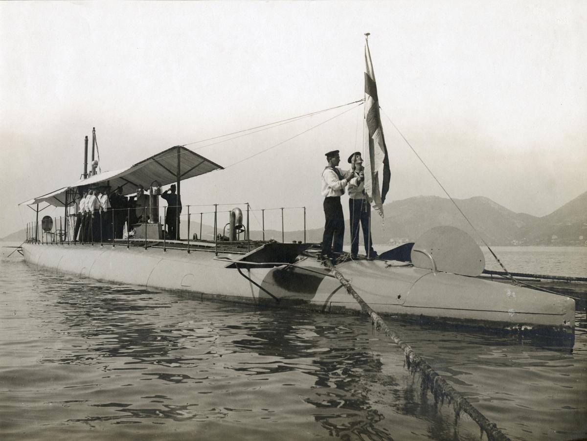 Svenska örlogsflaggan hissas på ubåten HVALEN vid övertagandet från italienska varvet Fiat-San Giorgio i Spezia.