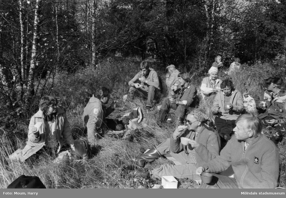 Kållereds hembygdsgille anordnar vandring till Tårås mad i Kållered, år 1983.  För mer information om bilden se under tilläggsinformation.