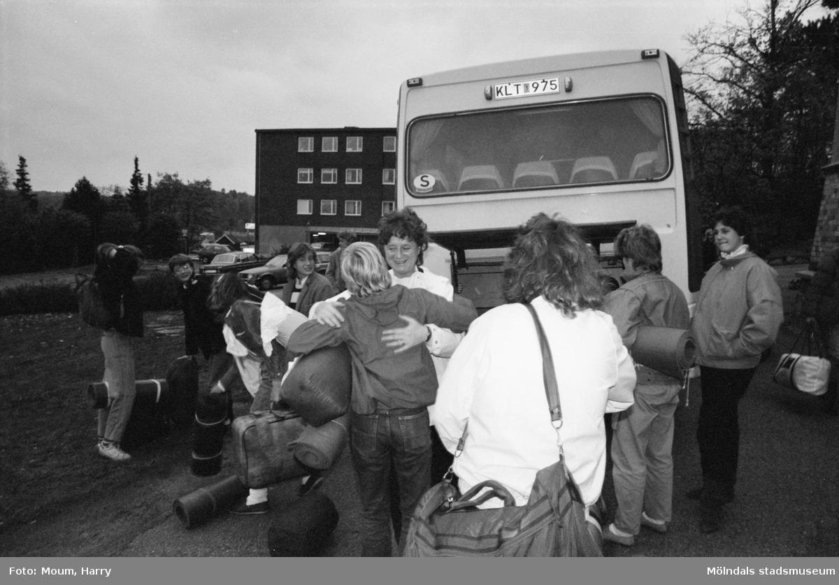 """Kållered kyrkas ungdomskör utanför gamla kommunalhuset i Kållered efter att ha varit på resa till Bengtsfors, år 1983. """"Körledare Eva Karlsson tackar sina ungdomar.""""  För mer information om bilden se under tilläggsinformation."""