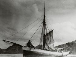 "Jakt ""Moder"" fotografert ca. 1950 i Sandnes? Halve seilet he"