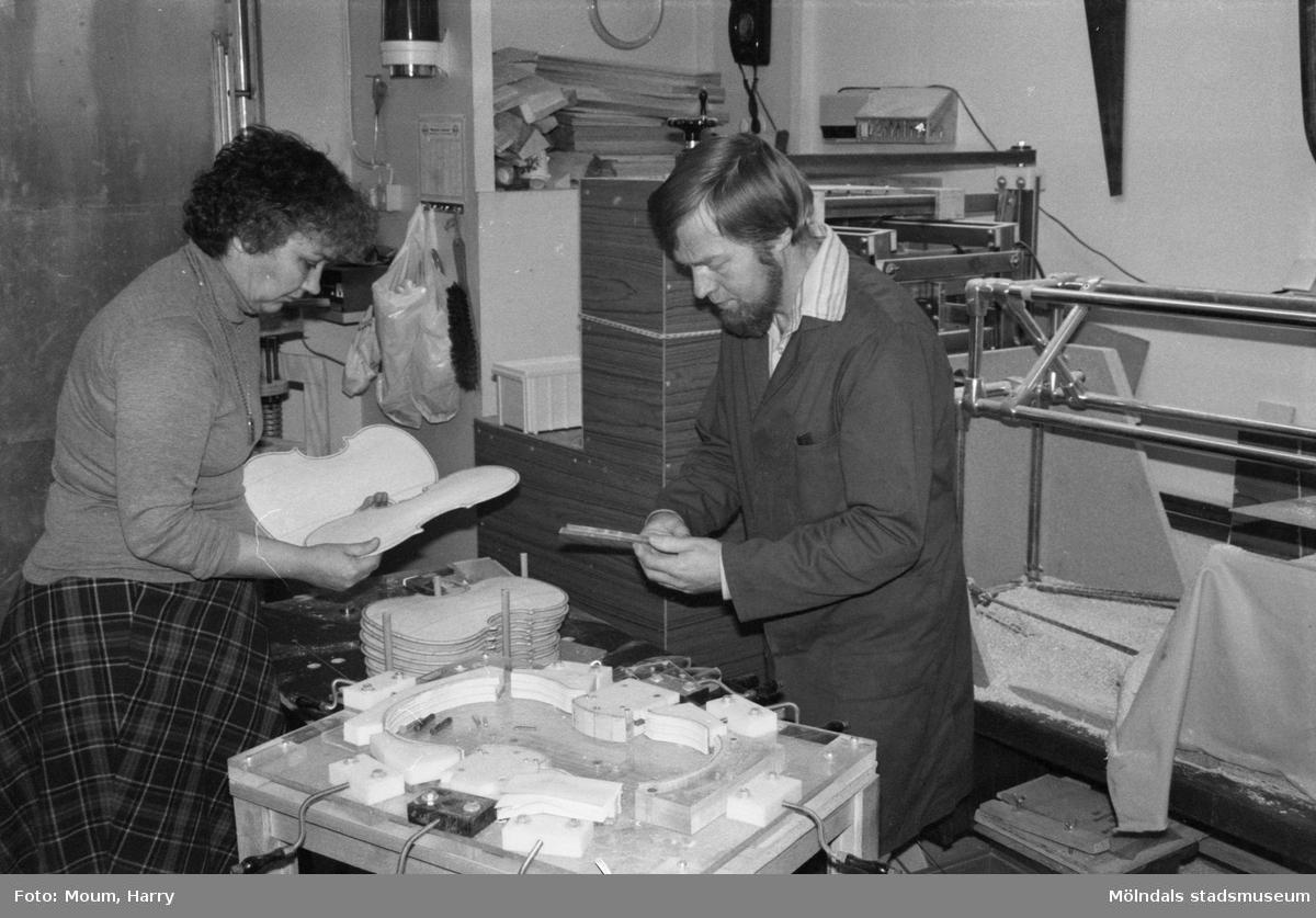 Fioltillverkare Carlo och Birgit Hansen, Lindome, år 1983.  För mer information om bilden se under tilläggsinformation.