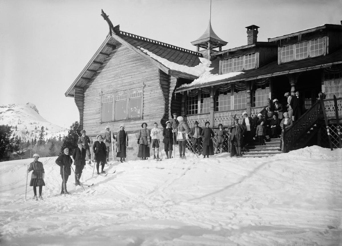 Fefor sosieteten med gjæster, 12.03.1914, stor gruppe mennesker utenfor hotellet, noen på ski, vinter