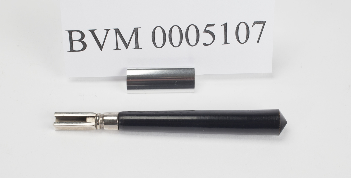 HÅNDTAK FOR ØRE-NESE-HALSINSTRUMENTER FOR PANNESPEIL FATTEDELEN I SVART TRE. HØRER TIL BVM 5101.