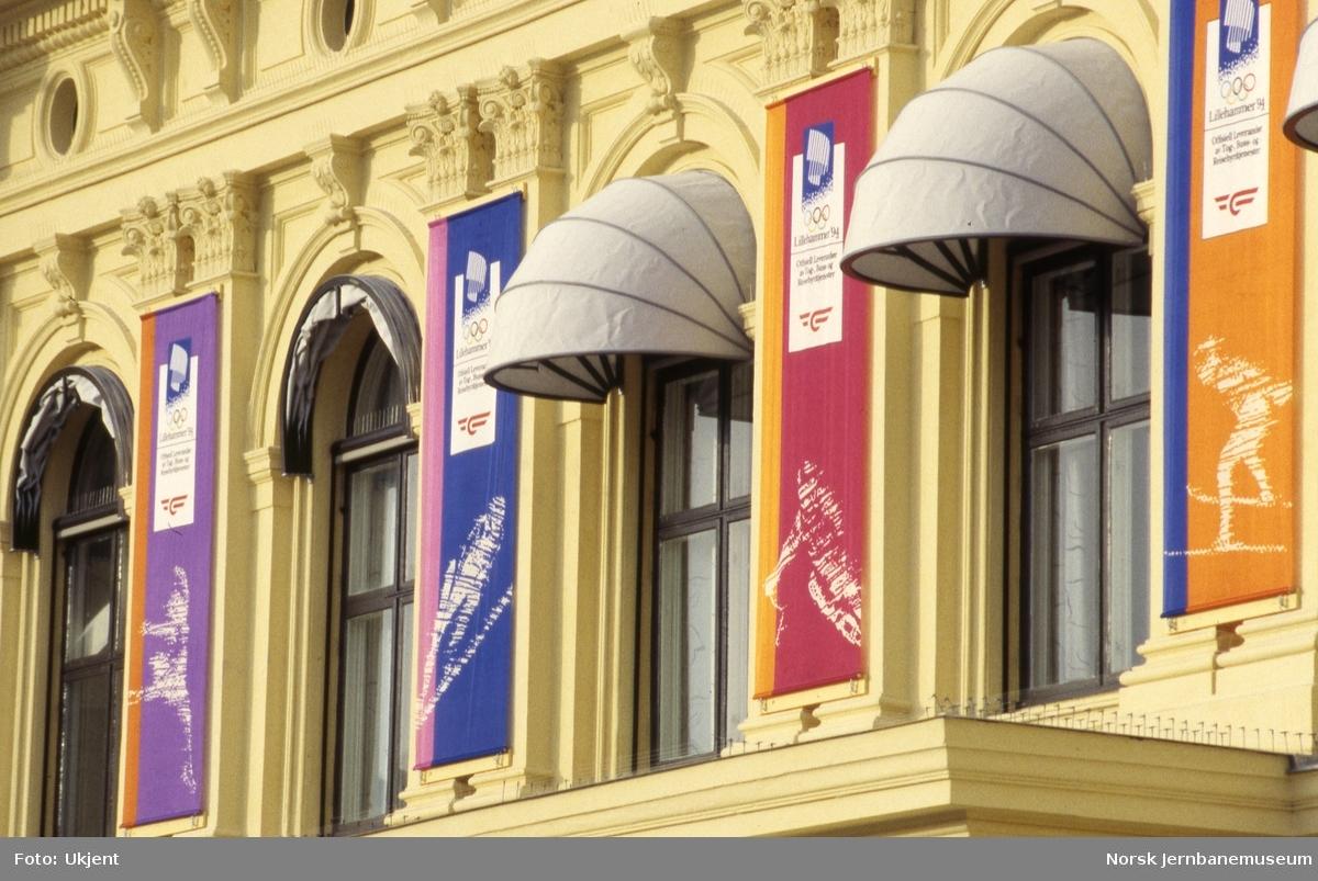 Fasaden på NSBs hovedkontor i Prinsens gate med OL-bannere