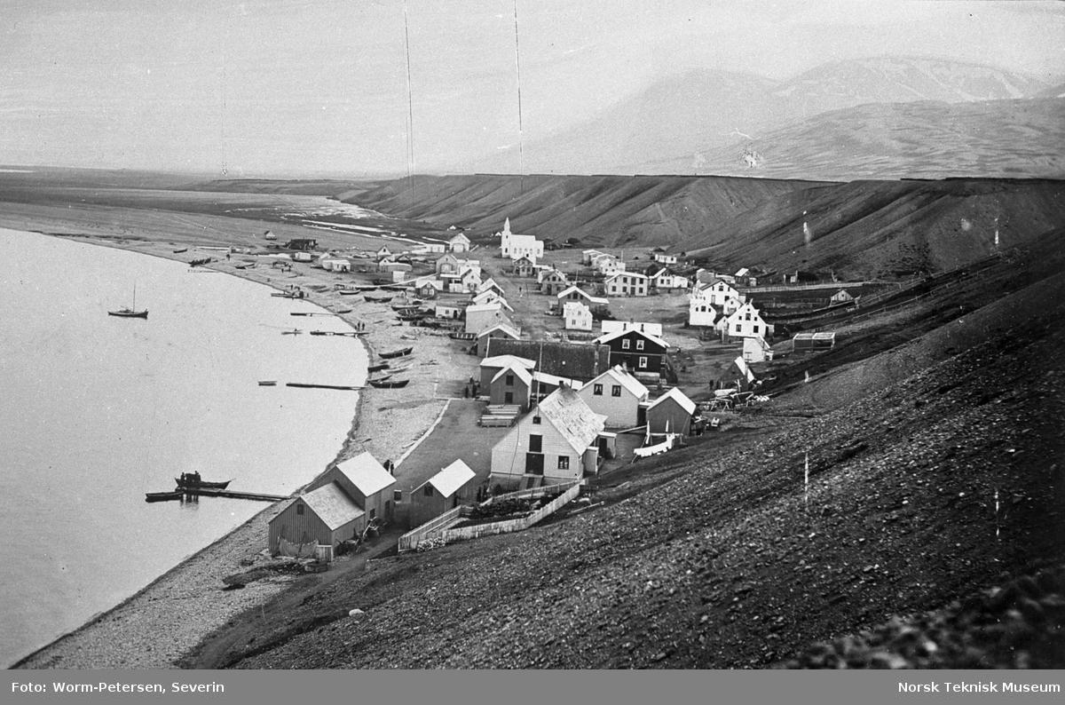Tettsted ved en fjord på Island