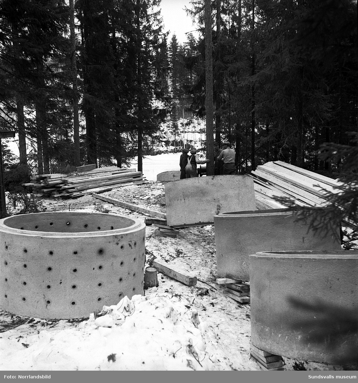 Stora cementringar fraktade över Ljungans is i Nolby, Njurunda.