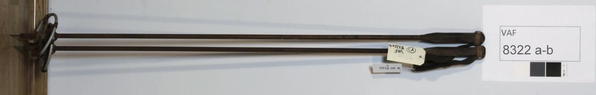 Skistaver, slalomstaver. Stenger (metall) m/håndfeste m/lærløkke ene ende, metallspiss og ring (metall) i lærfeste (i kryss) andre ende.