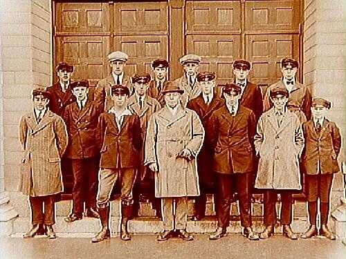 Norra Folkskolan, Högre Folkskolan eller Fortsättningsskolan, 14 skolpojkar med lärare. Skolbyggnad i bakgrunden.J.M. Holmstedt