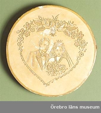 """delvis brunmålade, runda, bilder i relief, metallband runt kantena) föreställande brudpar, hjärta av girlangerb) föreställande Lucia, 2 blommor, diameter 18 cm, höjd 2 cmc) föreställer blomsterhjärta med texten """"På denna dag, Du kära Mor, Vi önska lycka, Rik och stor"""": Diameter 17 cm, höjd 2,2 cmd) föreställer pojke och flicka med paket, """"till Mor"""", diameter 17 cm, höjd 2,2 cme) föreställer tomte med julklappar på släde, diameter 17,5 cm, höjd 2,3 cmNeg.nr 6692-96/79Anmärkning/värde/placering: Gåva av S A Schmidt, Väderkvarnsvägen 16, Askersund"""