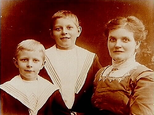 En kvinna och två pojkar, bröstbild.Oskar Johansson