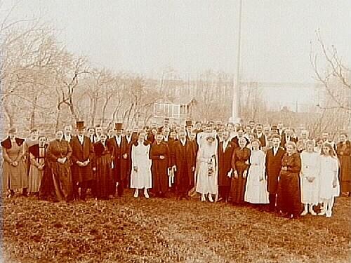 Bröllop. Brudpar och bröllopsgäster.Bruden helt i vitt, med lång slöja. Brudgummen i bonjour.Elof Johansson