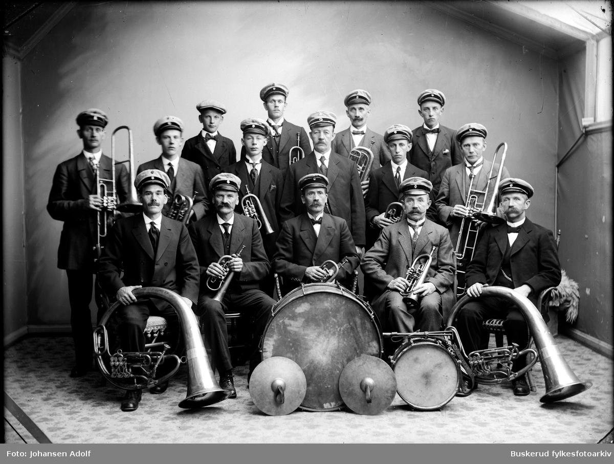Fremadmusikken. Musikkorpset var en del av Hønefoss totalavholdsforening og i en periode det eneste korpset i Hønefoss.  ca. 1910